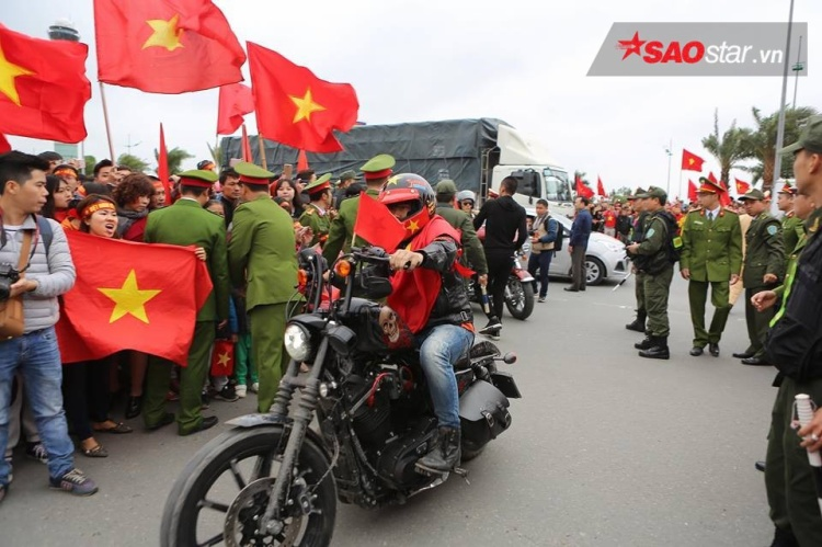 """""""Quái xe motor"""" phân khối lớn sẵn sàng lăn bánh cùng xe buýt 2 tầng đón ĐT U23 Việt Nam. Ảnh: Thế Việt."""