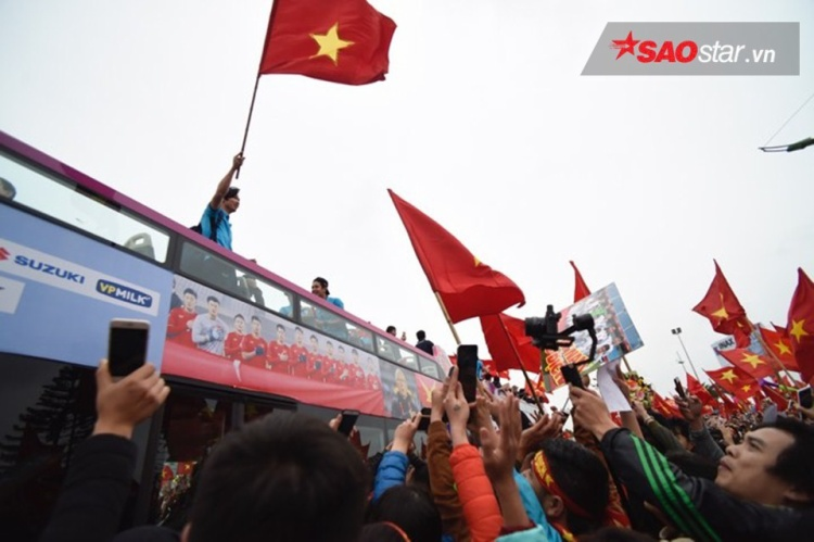Cầu thủ của ĐT U23 giương cao lá Quốc kỳ.
