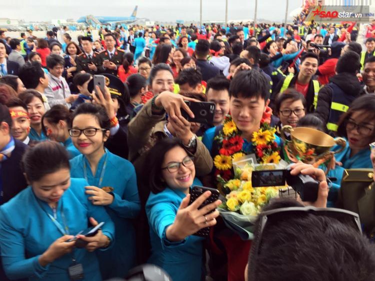 Các cầu thủ được trao tặng hoa ngay khi bước xuống sân bay.