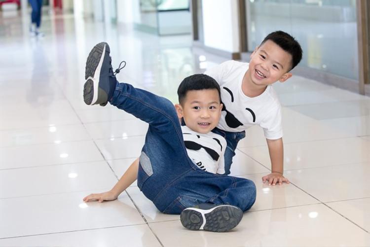 Hai nhóc tỳ thừa hưởng nhiều nét đẹp từ bố mẹ.