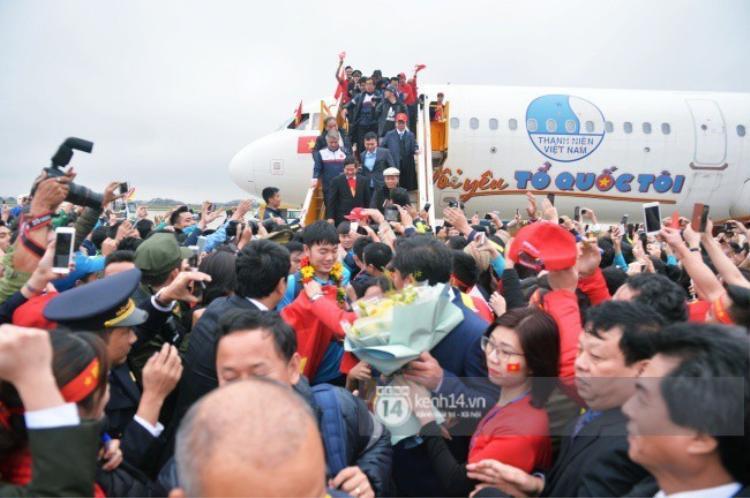 Hàng nghìn người vây quanh cố gắng để được bắt tay, gửi lời chúc mừng tới các cầu thủ. Ảnh: Trí thức trẻ.