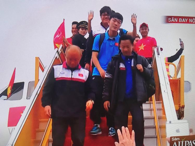 Ngay từ khi xuất hiện, Lương Xuân Trường đã luôn vẫy tay và cười híp mắt với NHM.