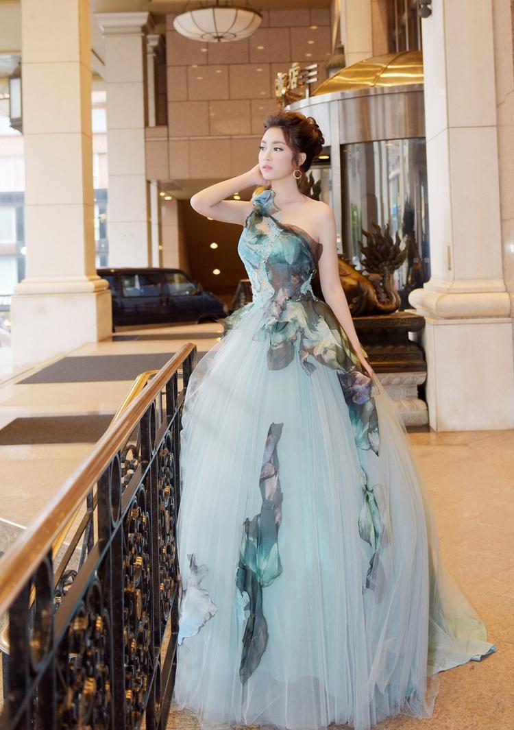 Tham sự chuỗi sự kiện tại Hong Kong - Cao Hùng - Đài Bắc, Đỗ Mỹ Linh diện chiếc đầm dạ tiệc bồng bềnhmàu xanh pastel.Thiết kế voan cùng vai áo lệchgiúp hoa hậu hóa thân với hình tượng công chúa nhưng vẫn gợi cảm một cách chừng mực.