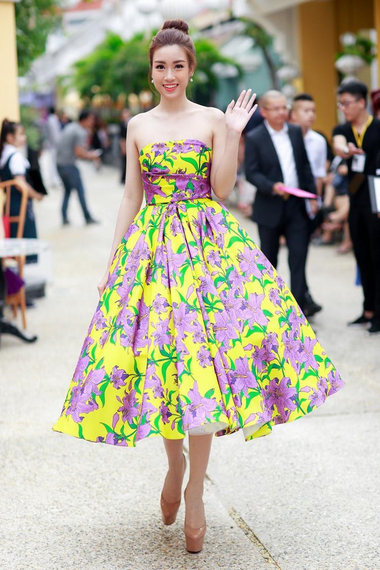 Trong trang phục xuất hiện trên phố, Mỹ Linh cũng thường xuyên lựa chọn cho mình những bộ cánh rực rỡ nhất.