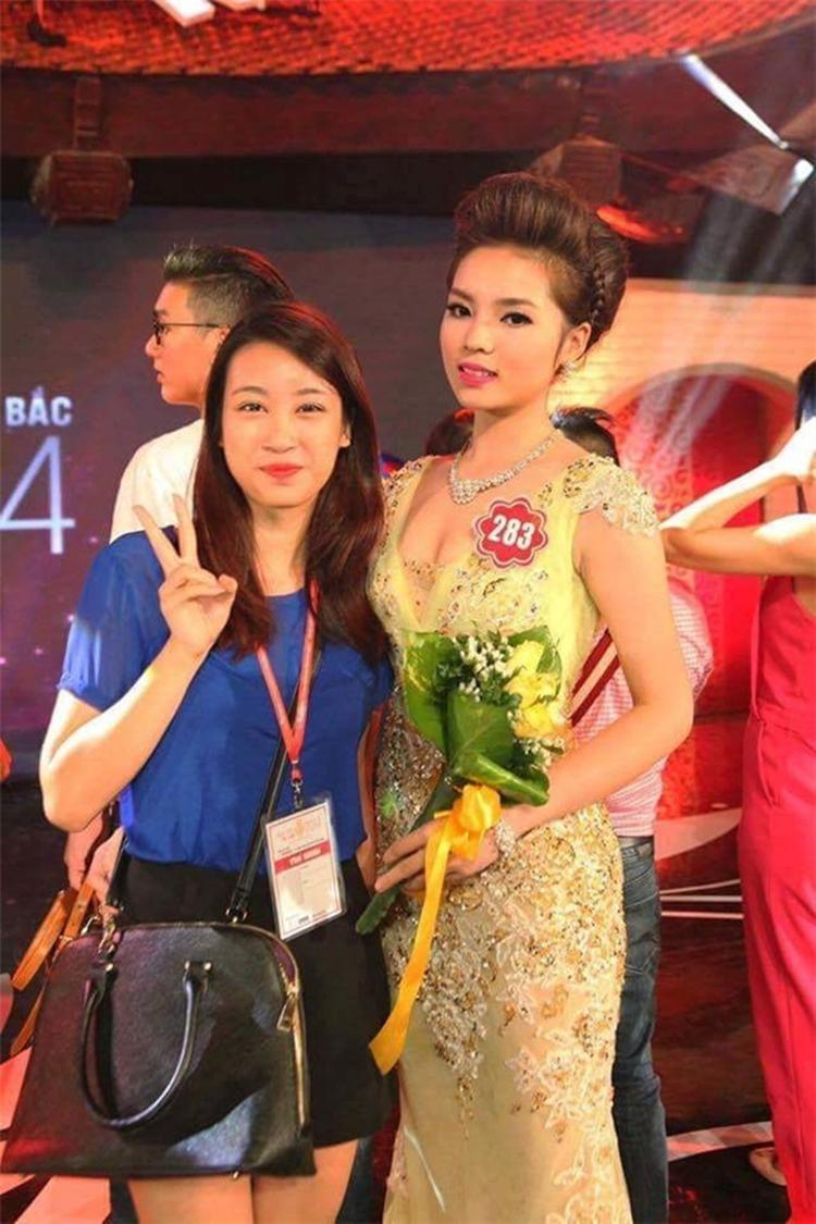 """Trước khi đăng quang Hoa hậu Việt Nam 2014, Đỗ Mỹ Linh (trái) có thể nói là một trong những nhan sắc """"tiềm ẩn"""" trong vô vàn bóng hồng của Trường Đại học Ngoại thương. Mỹ Linh có cách ăn mặc giản dị, không cầu kì. Tuy nhiên, ngay sau khi đăng quang Hoa hậu Việt Nam 2016, ý thức được hình ảnh của một hoa hậu, Mỹ Linh luôn xuất hiện trước người hâm mộ trong trạng thái chỉn chu với ngoại hình được đầu tư kĩ lưỡng."""
