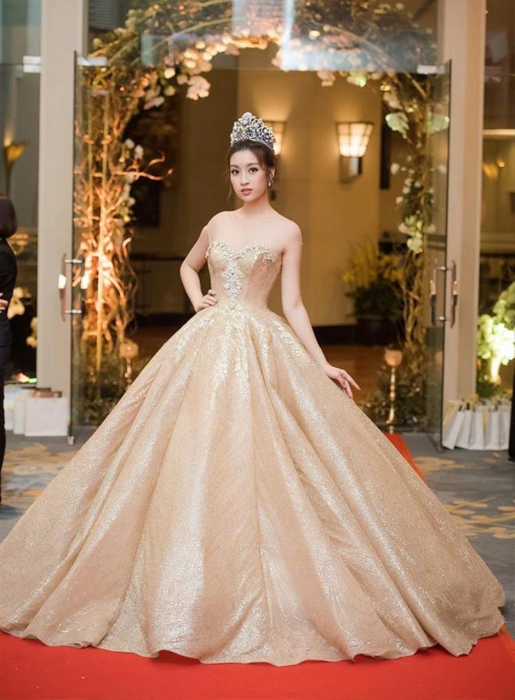 """Một trong những mẫu đầm xòe bồng bềnh giúp Đỗ Mỹ Linh hóa """"công chúa"""" trên thảm đỏ. Không chỉ trang phục, thần thái cũng là một trong những yếu tố quan trọng giúp Mỹ Linh ghi điểm trong lòng người hâm mộ."""