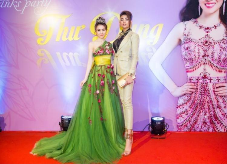 """Hoa hậu Thư Dung xuất hiện trong sự kiện với chiếc đầm voan đuôi dài màu xanh lá mạ, đính kết hoa 3D của Đỗ Long. Tuy nhiên với vóc dáng khá nhỏ cộng với thiết kế có phần đồ sộ nên dường như cô bị """"nuốt chửng""""."""