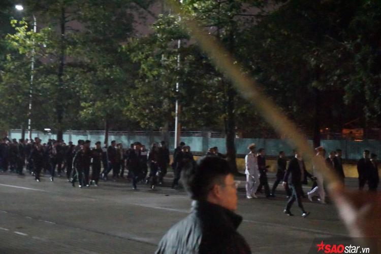 Đoàn người đang tiến vào Lăng Bác để tiến hành nghi lễ dâng hương.