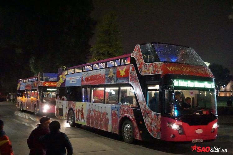Những chiếc xe bus 2 tầng đã đưa các cầu thủ di chuyển đến trước khu vực Lăng Bác.