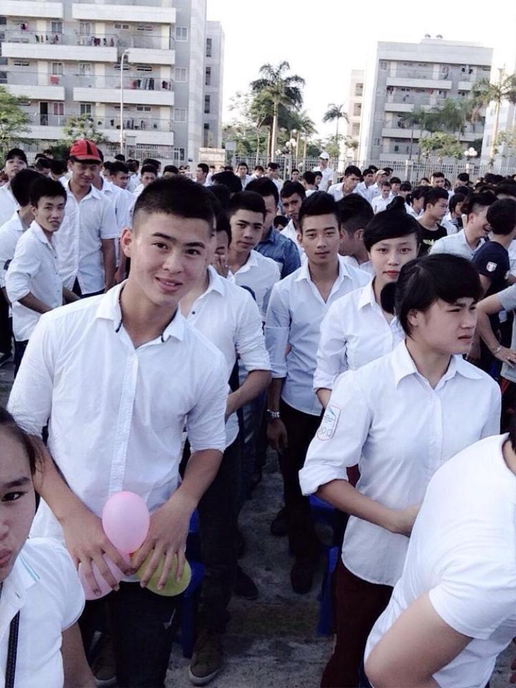 Một trong những hình ảnh Duy Mạnh mặc sơ mi trắng khi còn đi học.