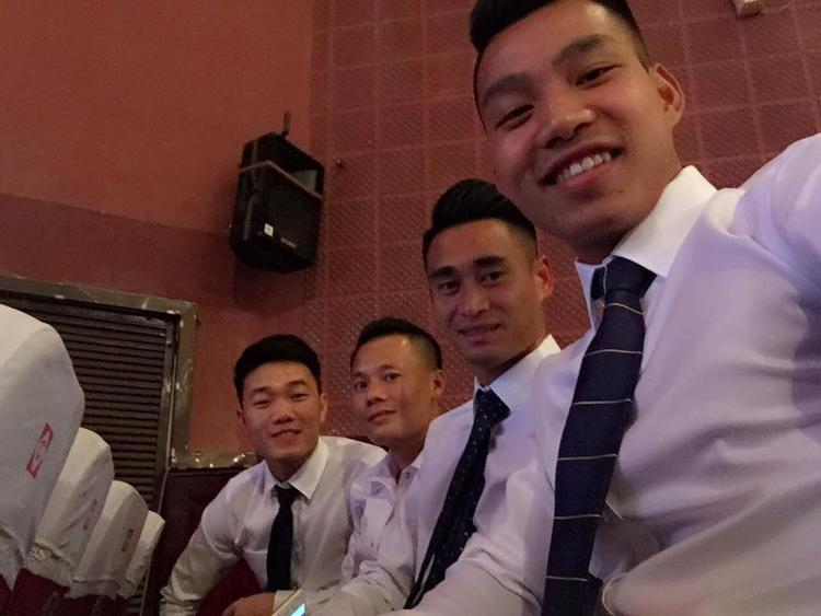 Một hình ảnh selfie khi mặc sơ mi trắng của các cầu thủ U23 Việt Nam.