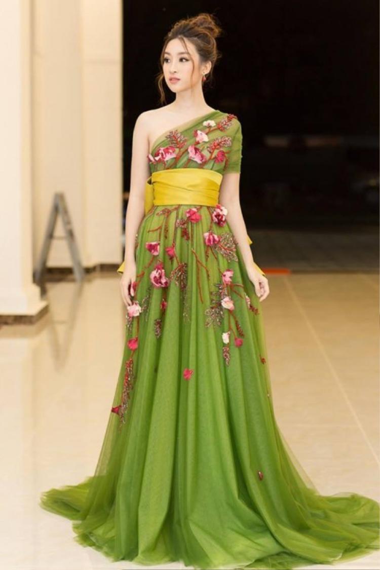 Gam màu xanh lá là lựa chọn yêu thích của người đẹp khi diện váy màu. Ngoài ra, Hoa hậu Việt Nam 2016 tiếp tục ưa chuộng những thiết kế được đính hoa nhẹ nhàng, tinh xảo.