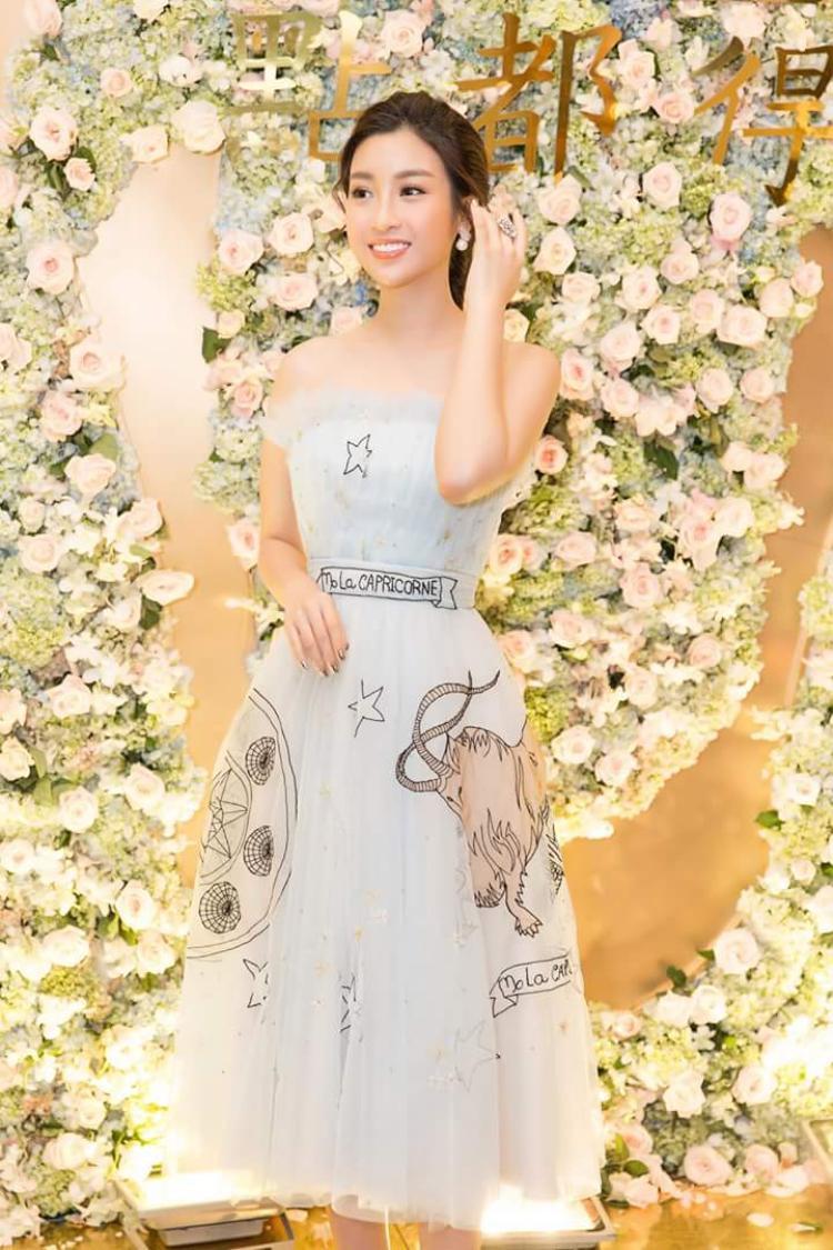 """Thiết kế váy ngắn cúp ngực được đính họa tiết nhẹ nhàng được người đẹp phối cùng hoa tai ngọc trai. Với hình ảnh này, Người hâm mộ bảo Đỗ Mỹ Linh chính là """"thần tiên tỷ tỷ"""" thứ 2 trong Vbiz là hoàn toàn có cơ sở."""