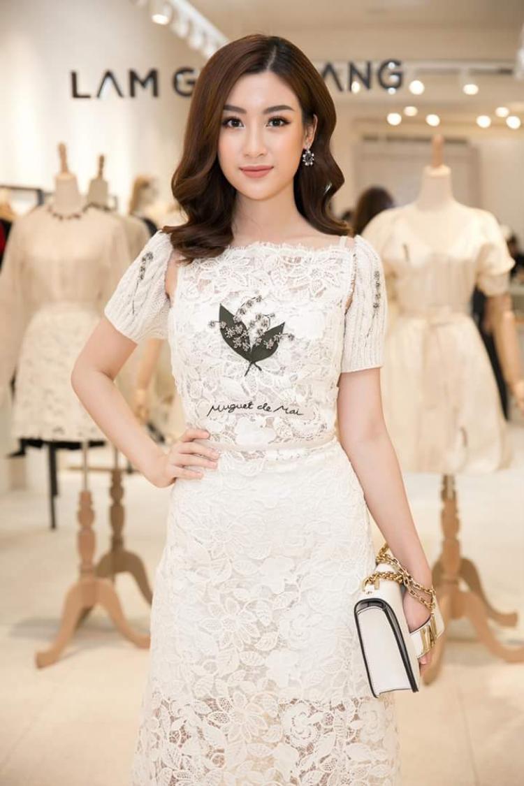 Chiếc váy ren trắng đính hoa của NTK Lâm Gia Khang đem đến nét thanh nhã cho Đỗ Mỹ Linh, làn da trắng cùng kiểu tóc xoăn sóng của người đẹp cũng được cho là hoàn toàn phù hợp.