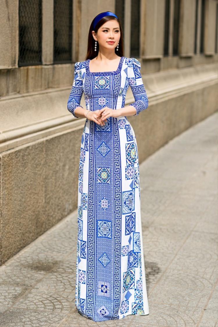 Một ưu điểm cực kì lớn, đó là những tà áo dài họa tiết gạch men phù hợp với nhiều độ tuổi khác nhau.