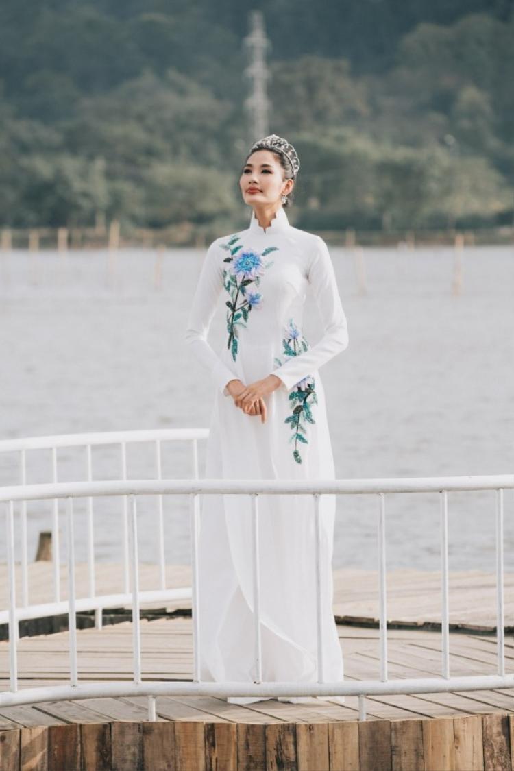 Áo dài trắng cũng là một trong những sự lựa chọn tuyệt vời cho ngày xuân. Thử nghĩ mà xem, ngày Tết ai cũng chọn cho mình những tà áo thật rực rỡ thì tà áo dài trắng vô tình sẽ trở nên nổi bật. Một vài họa tiết thêu hoa cũng sẽ là điểm nhấn rất quan trọng giúp chiếc áo dài trắng không quá đơn điệu.