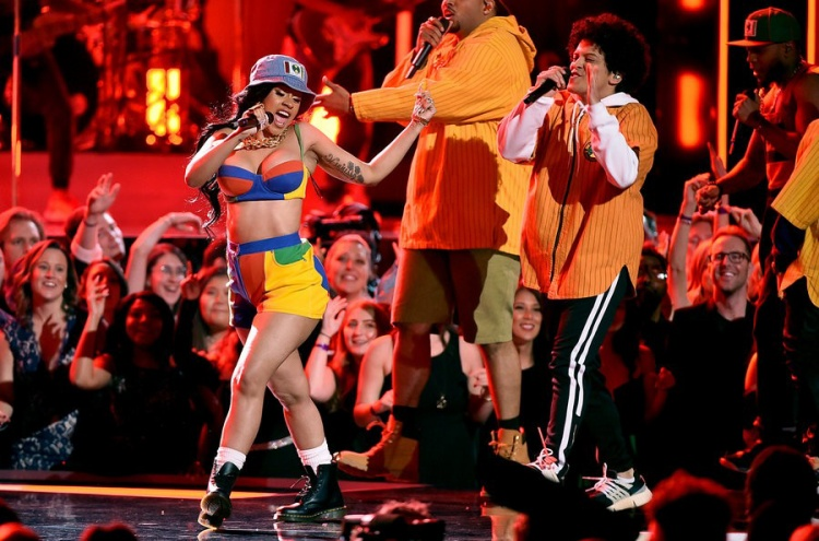 Grammy: Nhìn Gaga và P!nk diễn xuất thần, fan phẫn nộ vì Ed Sheeran lấy hết giải
