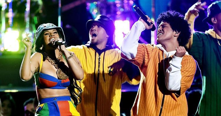 Sân khấu phủ kín sắc màu và ngập tràn vũ đạo, đặc trưng quen thuộc của Bruno Mars và lần này, anh cùng Cardi B mang đến Finesse.
