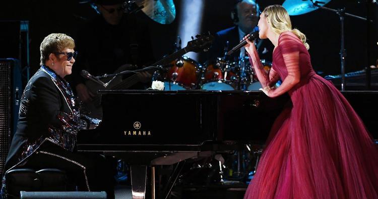 Dịu dàng và xinh đẹp là tính từ khen ngợi đối với sự xuất hiện trong chiếc váy đỏ lộng lẫy của Miley ngày hôm nay.