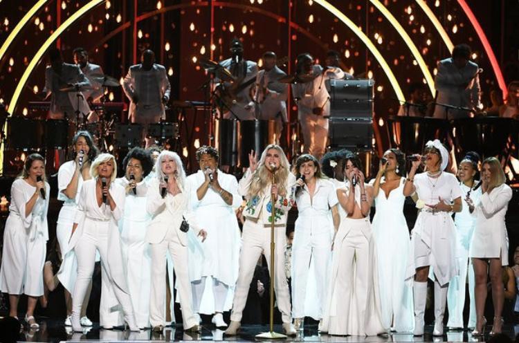 Sân khấu hội họp của dàn sao là đây: Kesha, Bebe Rexha, Cyndi Lauper, Camila Cabello, Andra Day trong một tiết mục toàn trắng.