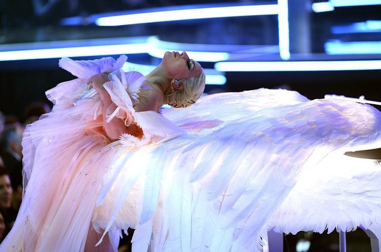 Ở đoạn kết, cô nằm tựa vào cây đàn trên đôi cánh như biểu tượng của một thiên thần đã ngủ yên - tượng trưng cho dì Joanne quá cố. Khung cảnh này vô cùng đẹp mắt phải không?