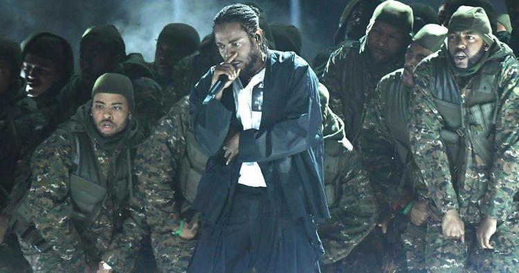 Người thống trị giải thưởng của Grammynăm ngoái - Kendrick Lamar mở màn với tiết mục được dàn dựng hoành tráng cùng U2 và DaveChappelle.