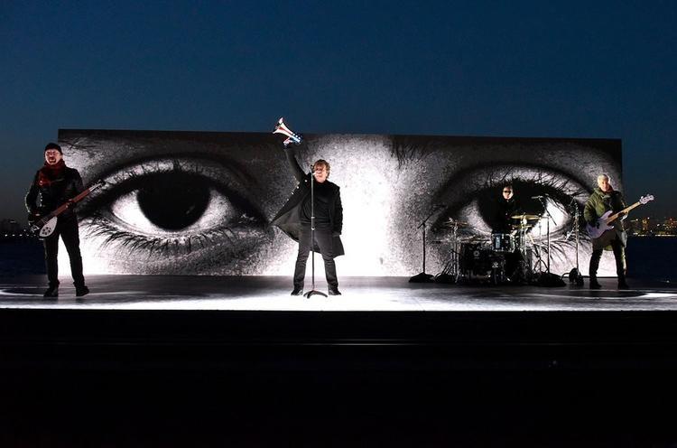 Get Out of Your Own Way -Sân khấu riêng đặc biệt của U2 ở ngoài trời, tại vịnh New York và ngay phía sau tượng nữ thần tự do.