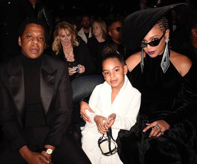 Blue Ivy ngồi cùng bố mẹ.
