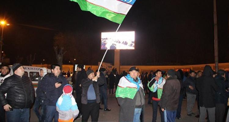 """Thủ đô Tashkent của Uzbekistan """"thất thủ. Tình trạng giao thông ở sân bay ùn tắc vì người hâm mộ đứng vây kín từ sảnh lớn tới các con đường gần đó."""