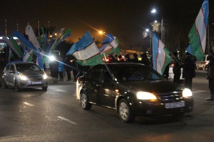 Người dân đứng hai bên đường cầm cờ vẫy chào những nhà vô địch.