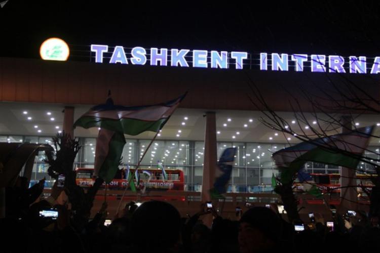 Xe chở những cầu thủ trẻ của đội tuyển U23 Uzbekistan diễu hành khắp phố.