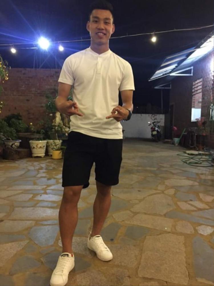 Nếu muốn tìm đến hình ảnh trẻ trung, chàng cầu thủ sinh năm 1996 cậy nhờ đến áo polo trắng cài hết nút cùng quần short.