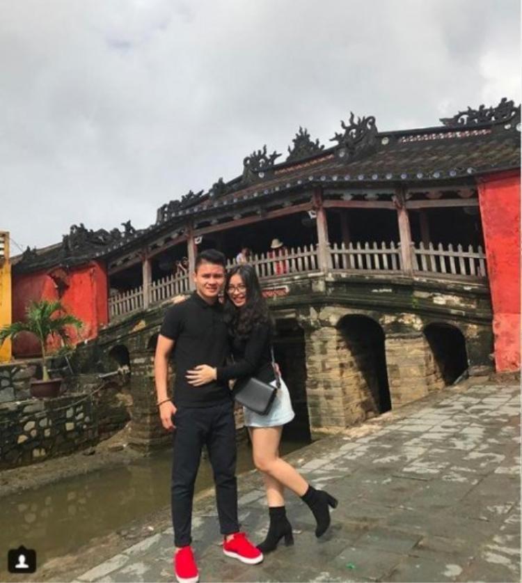 """""""Người hùng"""" Quang Hải cũng yêu thích màu đen, anh từng diện cả cây áo polo và quần kaki đen đem lại nét nam tính, điểm nhấn của set đồ nằm ở đôi giày thể thao đỏ nổi bật."""
