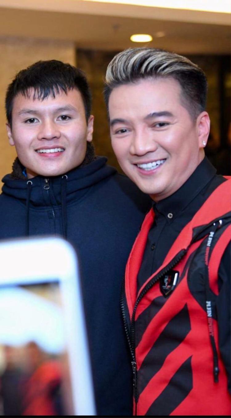 Đàm Vĩnh Hưng cùng tiền vệ Quang Hải trong hậu trường đêm Gala tại Mỹ Đình.