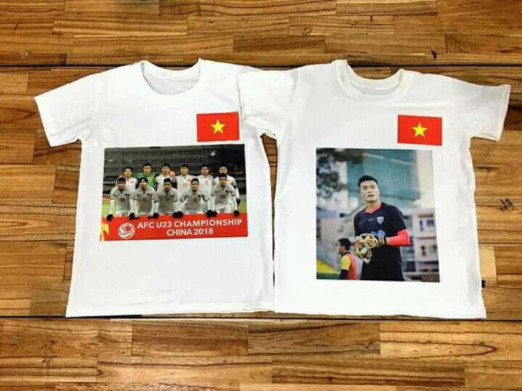 """Ngoài chiếc áo hoodie nỉ xám, người hâm mộ còn """"phát sốt"""" với kiểu áo phông trơn, in hình các chàng cầu thủ hoặc cả đội tuyển U23."""