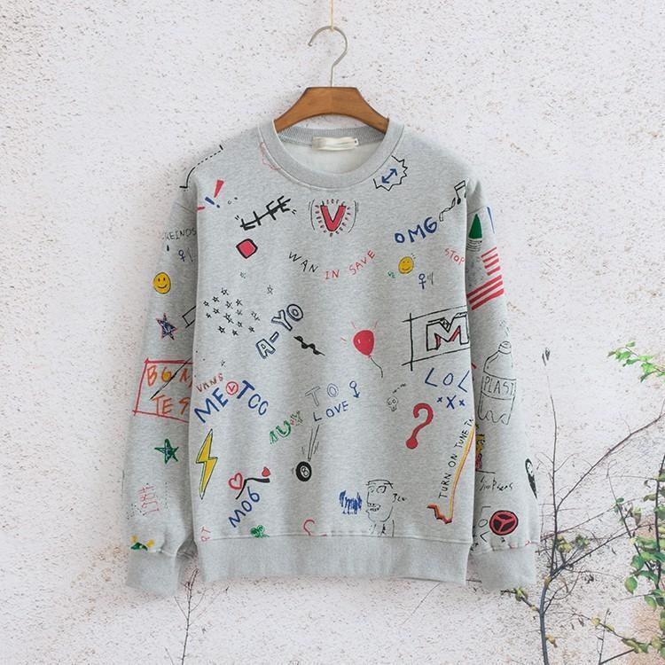 Chiếc áo hoodie chất liệu nỉ tông màu xám, in họa tiết đáng yêu này đang được rất nhiều khán giả hâm mộ tìm mua, với mong mỏi được sở hữu 1 món đồ giống thần tượng. Phom áo rộng, gam màu trung tính khiến chiếc áo này hoàn toàn phù hợp với cả nam và nữ.