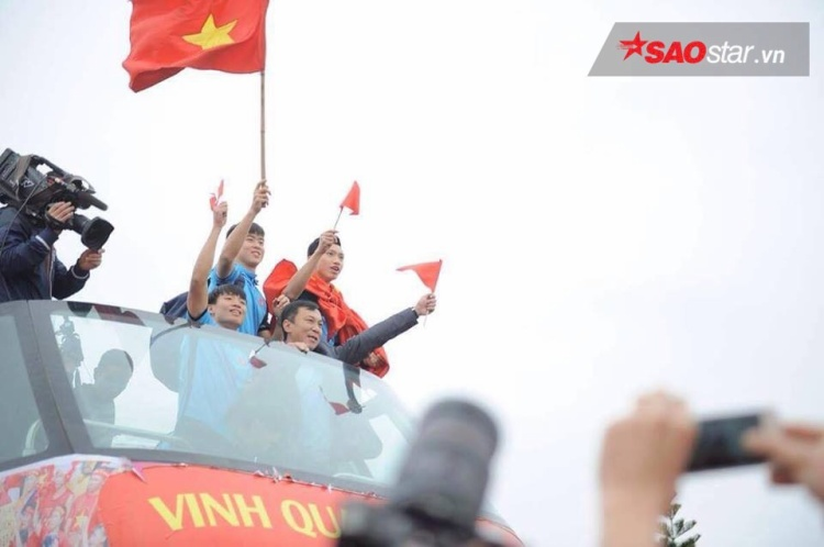 Khoảnh khắc các cầu thủ vừa diễu hành vừa phất cờ đáp lại tình cảm của các CĐV.