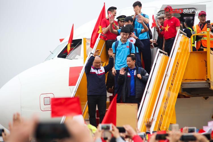 Thầy trò huấn luyện viên Park Hang Seo hạ cánh xuống sân bay Nội Bài an toàn sau 2 giờ bay đầy mệt mỏi, thế nhưng những nụ cười vẫn thường trực trên môi họ.