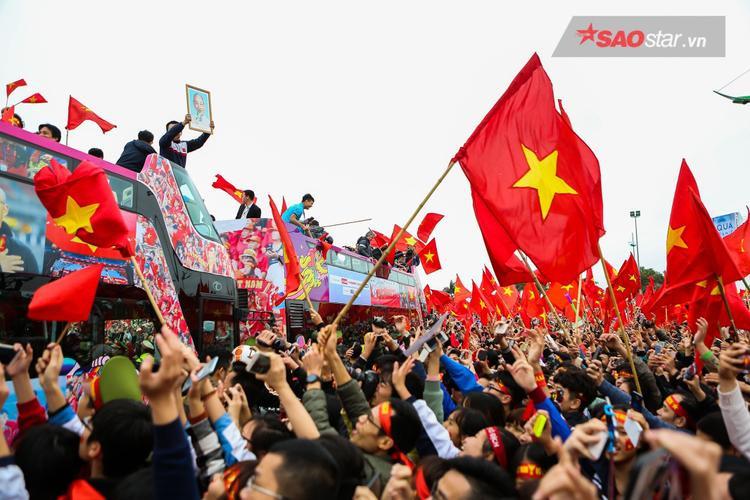 Đã lâu lắm rồi, thủ đô mới lại tràn ngập trong sắc đỏ của cờ và hoa như khi này.