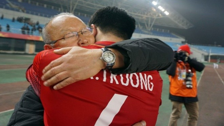 Cái ôm tình cảm như cha con của HLV trưởng và cầu thủ Xuân Trường.