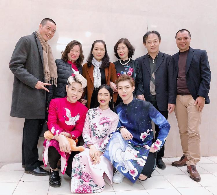 Gia đình hoa dâm bụt với Đức Phúc, Hòa Minzy và Erik háo hức diện áo dài cách tân. Tuy nhiên, có vẻ ba chiếc áo dài không có một điểm chung nào.
