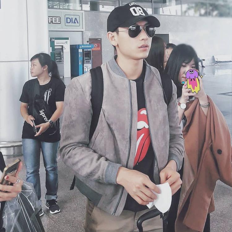 Isaac dù đang ở sân bay nhưng có vẻ anh chàng cũng khá chăm chút cho mình với chiếc áo khoác bomber da bò màu xanh xám mix với chiếc mắt kính dáng cúp cổ điển.