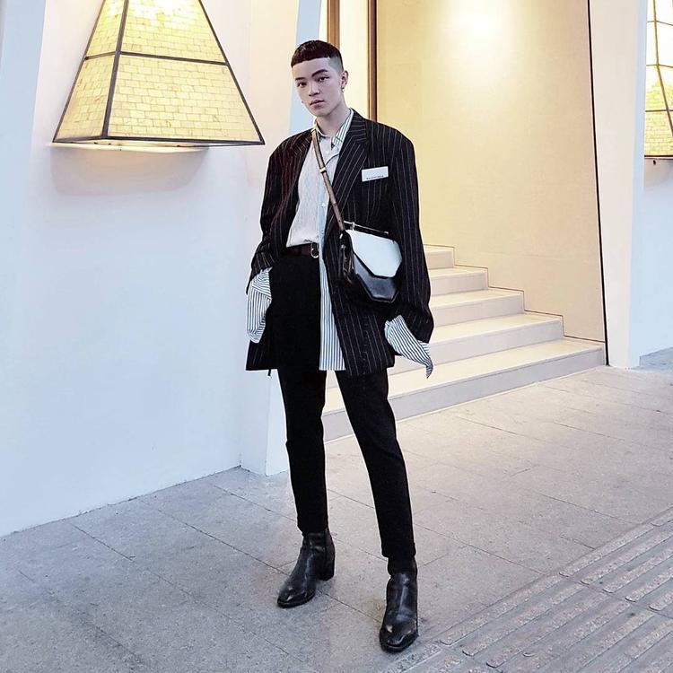 Kelbin Lei là tín đồ của phong cách unisex với áo blazer kẻ sọc menly và chiếc túi xách lạ mắt khá nữ tính. Sự phối hợp những đường kẻ của blazer và áo sơ mi bên trong khiến cho set đồ nâng lên tầm cao mới.