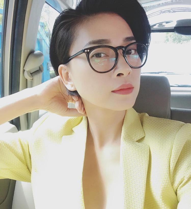 """Ngô Thanh Vân vẫn là một """"bà hoàng"""" trong phong cách menswear cá tính với vest màu vàng sữa và một chiếc kính bản to đơn giản."""