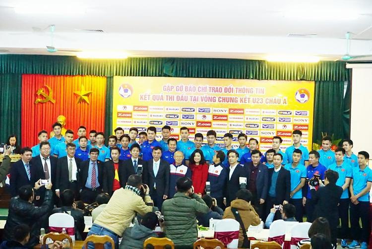 Đội tuyển U23 Việt Nam chụp ảnh cũng lãnh đạo VFF.