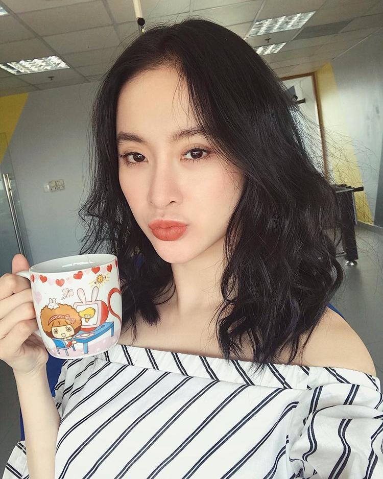 Là một trong những người đẹp showbiz luôn được dư luận quan tâm, trong năm 2017 vừa qua, Angela Phương Trinh đã thay đổi kiểu tóc dài quen thuộc sang tóc ngắn chớm vai. Với kiểu tóc mới, cô nàng được cho là trẻ trung, cá tính hơn.