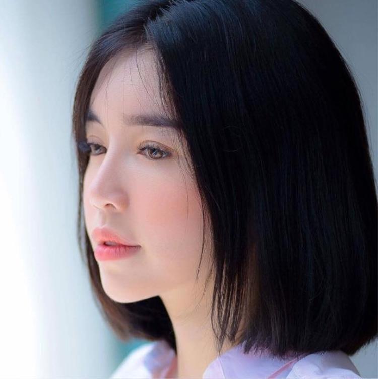 Tuy vậy, cô nàng vẫn trung thành với màu tóc đen huyền, kết hợp với làn da trắng sứ, Elly Trần trông như 1 nàng búp bê xinh đẹp.