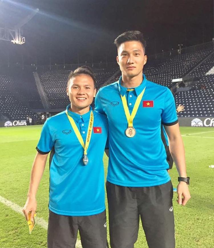 Thủ môn Nguyễn Văn Hoàng (phải) chụp hình cùng cầu thủ Quang Hải.
