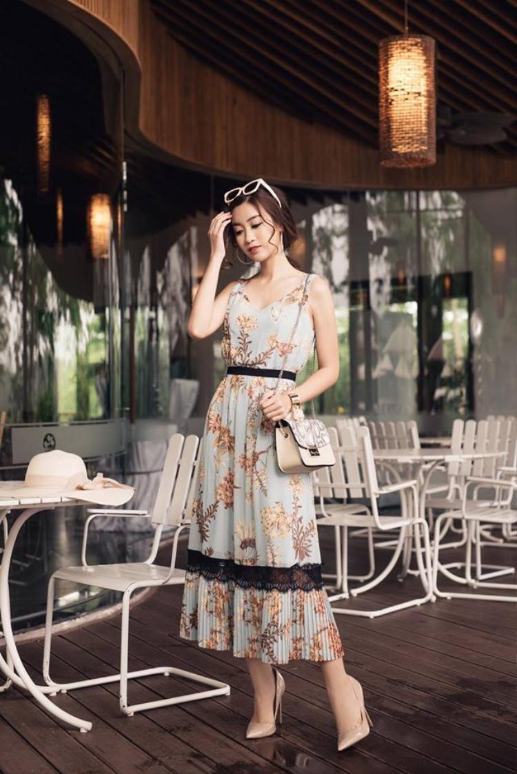 Cô thường chọn phong cách trẻ trung đơn giản khi thì váy liền, khi lại mix cùng chân váy ngắn. Để tạo điểm nhấn cô kết hợp mắt kính và túi xách điệu đà. Dù nhẹ nhàng, cá tính hay giản dị, Đỗ Mỹ Linh luôn tạo được thiện cảm cho người đối diện.