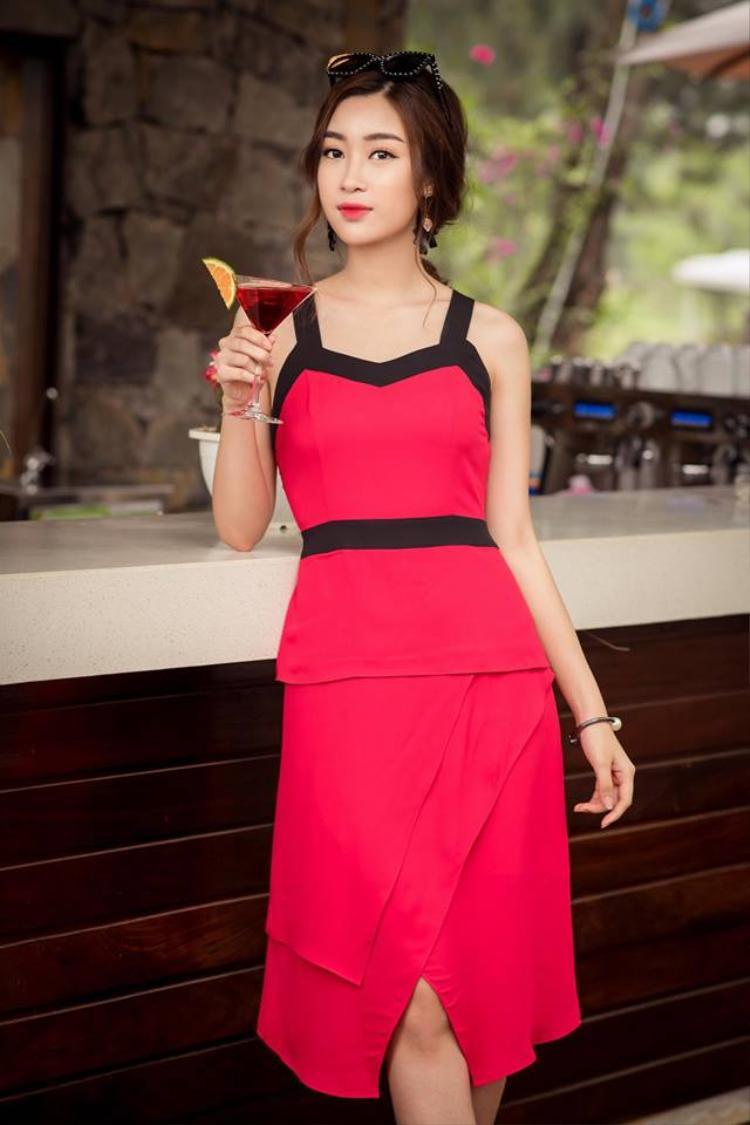 Một hình ảnh Hoa hậu nữ tính rất khác biệt với thiết kế thướt tha, mềm mại.